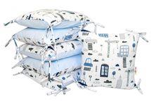 BABY NELLYS - Bavlnený vankúšikový mantinel Baby Nellys, Mestečko - modrý
