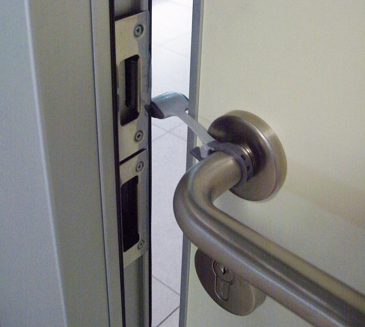 BREVI - 329 Plastová zábrana zatvorenia posuvných dverí a dvierok