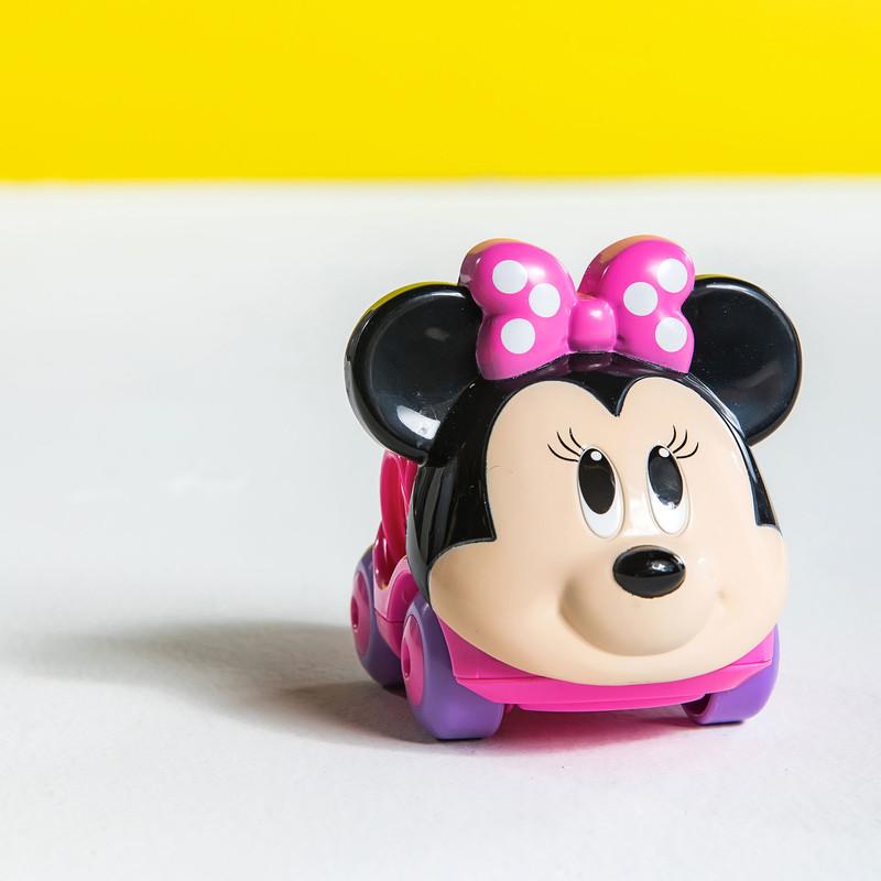 DISNEY BABY - Hračka autíčko Minnie Go Grippers™ 6m+